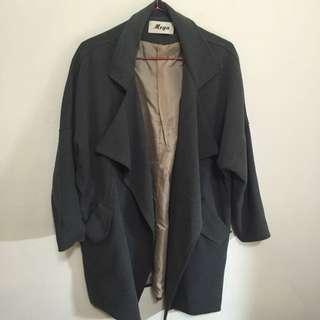 (含運保留中)深灰色大衣