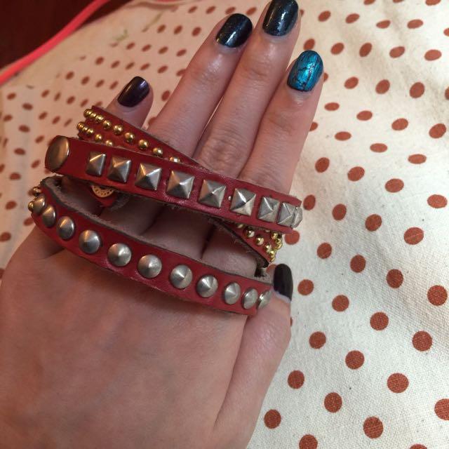 皮革手環。卯釘。