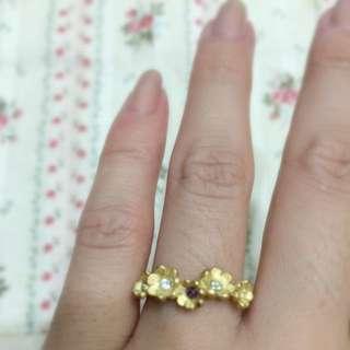 日本設計款造型戒指!單排小花無名指到食指都可戴!蝴蝶結黑鑽是尾戒比1元硬幣在小一點!全新