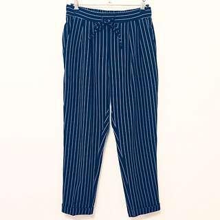 韓 黑底白色細直條紋西裝布料打摺老爺褲/西裝褲
