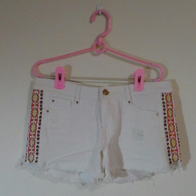 白色刺繡牛仔短褲