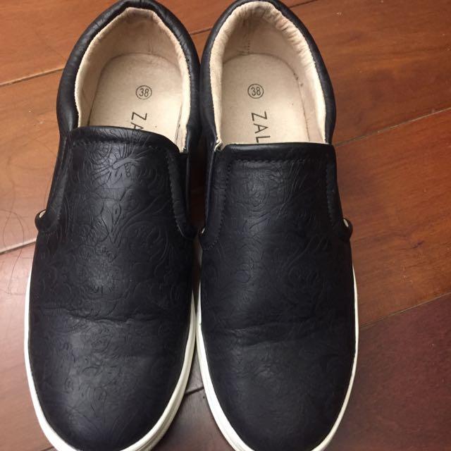 隨性黑色壓花休閒鞋Zalora
