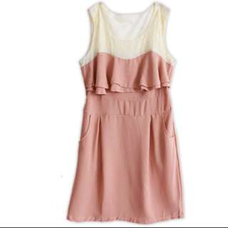 粉色雪紡背面蕾絲縷空洋裝
