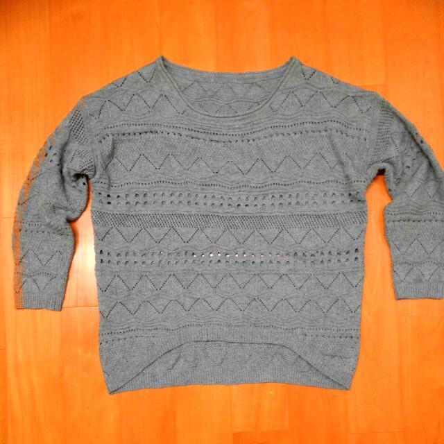 灰色圖騰洞洞針織毛衣