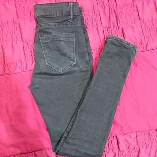 🚚 小開衩蕾絲黑色挺版牛仔褲