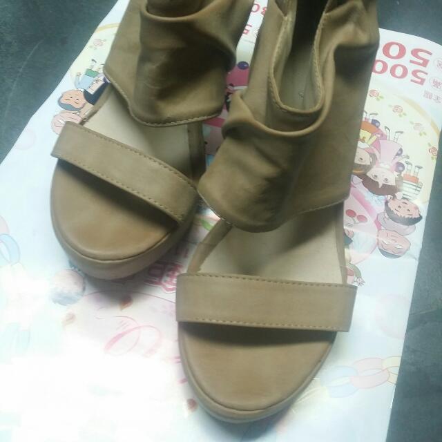 九成新杏色涼鞋
