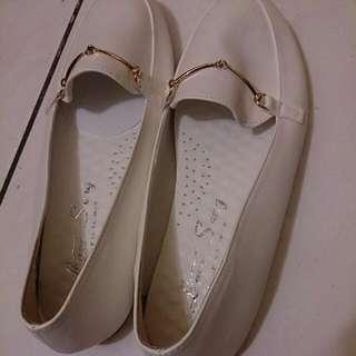白色平底休閒鞋
