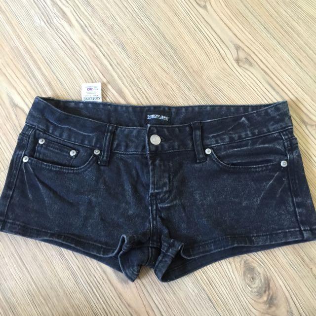 黑牛仔低腰極短褲
