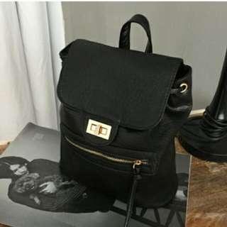 拉鏈口袋水桶後背包 (黑色)