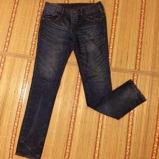 Levi's窄管牛仔褲。W28 L32