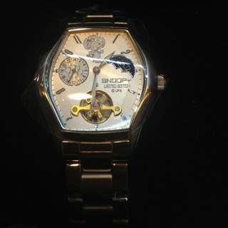 Snoopy 限量對錶 賣場中的兩支