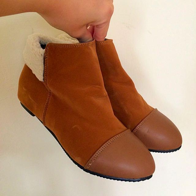 (二手)棕色靴子、拉鍊、絨毛、低跟