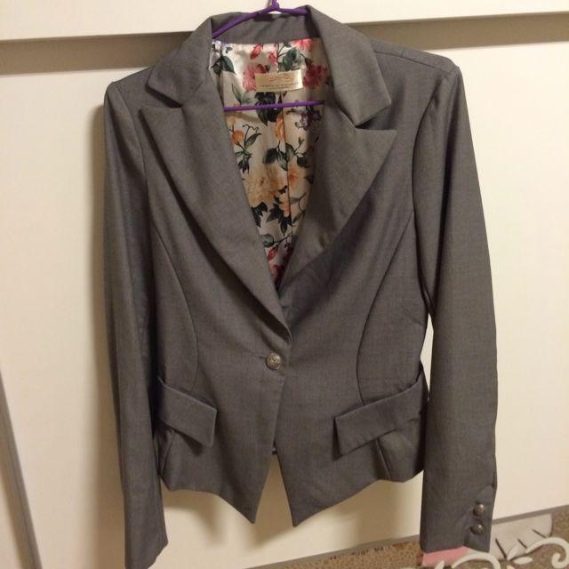 韓製灰色西裝外套。質感很好 穿起很瘦