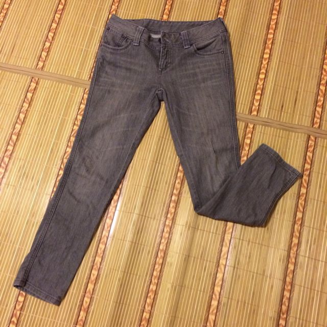 Levi's窄管9分褲。W28