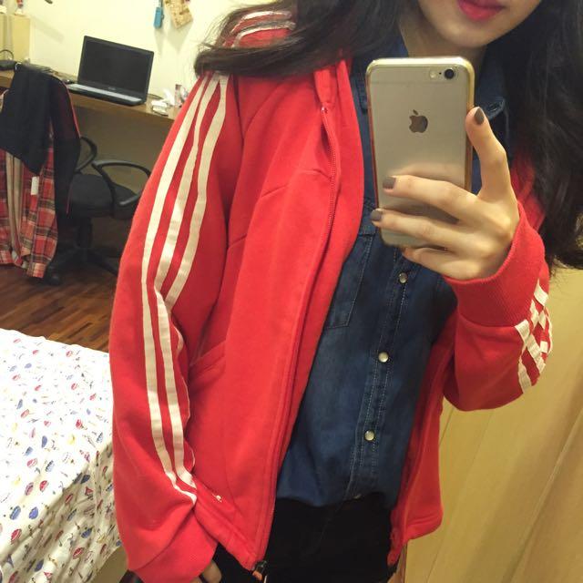 Adidas紅底白條外套 降價