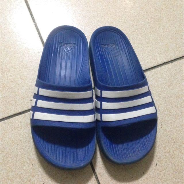 藍色愛迪達拖鞋