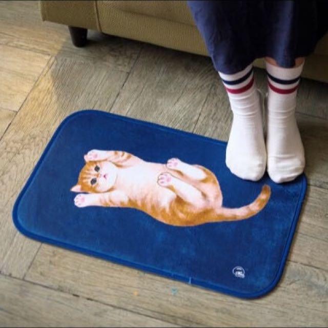 〈KUMA趣〉翻肚肚橘白小貓海水藍地毯 墊子 踩腳墊