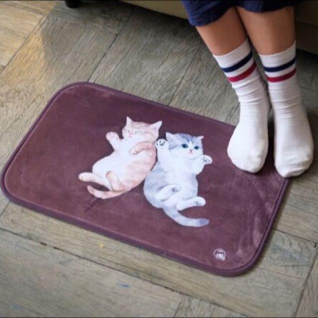 〈KUMA趣〉咖啡色底兩隻小奶貓地毯 墊子 踩腳墊
