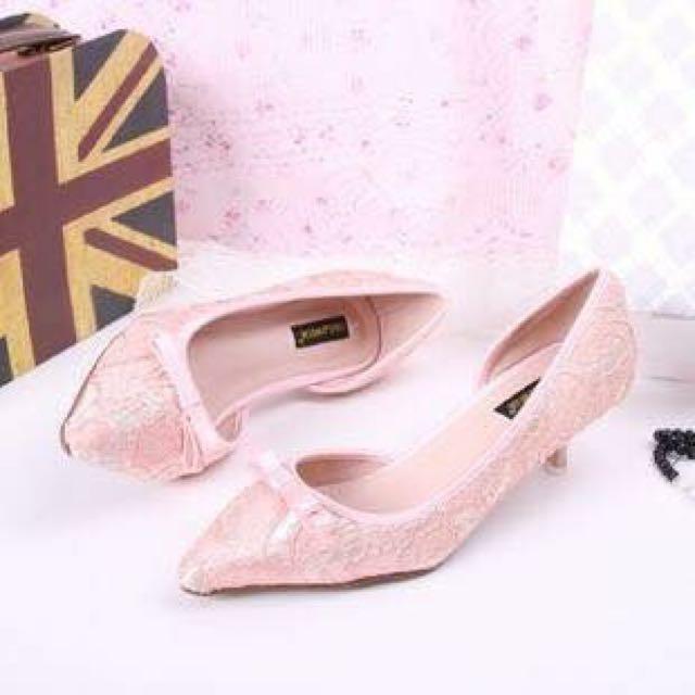 粉色蕾絲低跟鞋
