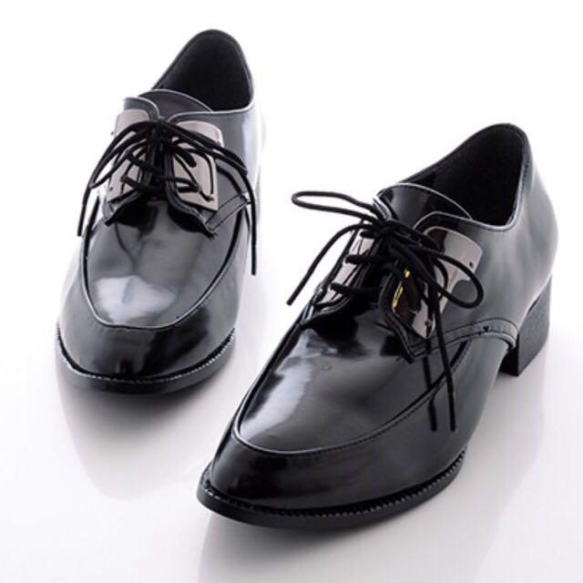 漆皮金屬片綁帶低跟紳士鞋