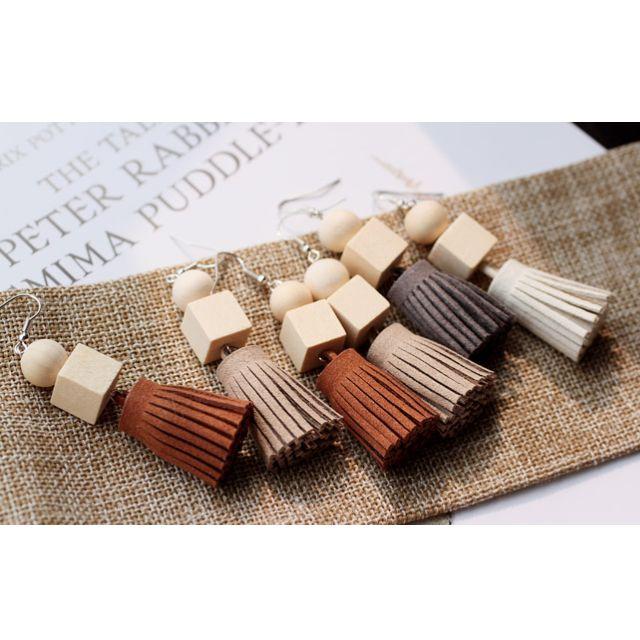 ◆Hasna◆木質風仿麂皮流蘇耳鉤式耳環 (米/黑/灰/駝) 4色
