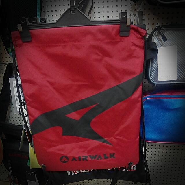 Alrwalk雙色後背包束口袋 側邊拉鍊 設計 黑/紅