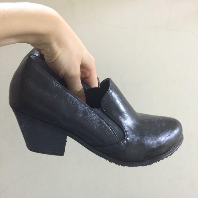 粗跟黑色短靴、踝靴