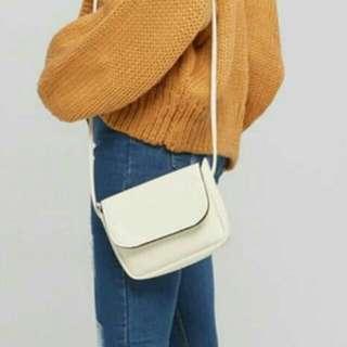 白色滾邊磁扣側背包