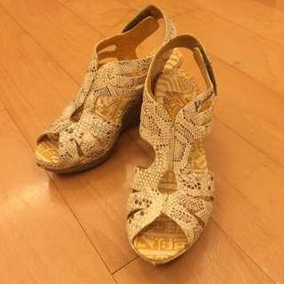 🚚 麥坎納 全新蛇紋米色涼鞋