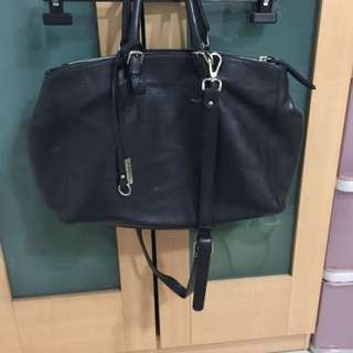 法國品牌Gianni Chiarini,荔枝紋牛皮黑色大包,夾層很多,附背帶