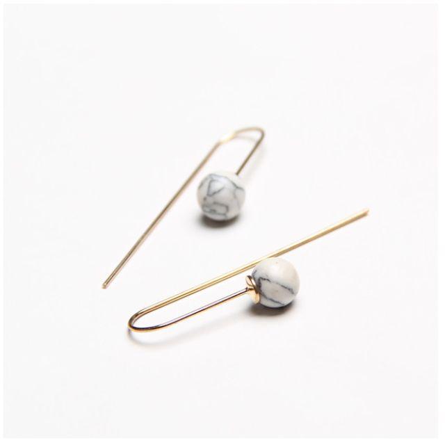 ◆Hasna◆秋冬白色質感大理石紋圓珠金色掛式耳環一對