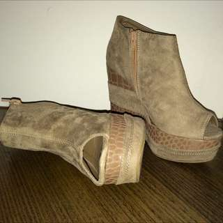 Camel Wedge