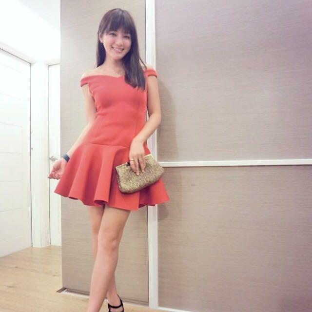 全新 一字肩ㄧ件式紅色洋裝 陳泱瑾 著用