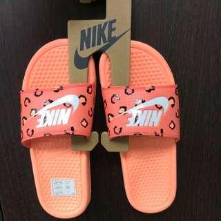 Nike 豹紋拖鞋