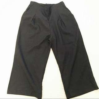 黑色寬褲s 在這裡購入 我穿還是略大一點(41kg)布質超好!