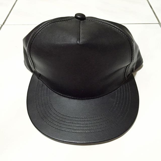 黑皮革棒球帽