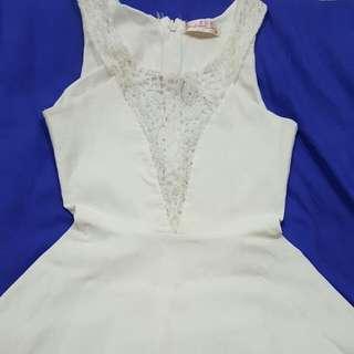 白色蕾絲小洋裝(中間為鏤空蕾絲)