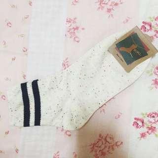 韓國帶回 黑色條紋混白底點點中長襪(待匯款)