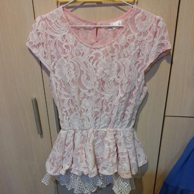 粉底白色花朵上衣
