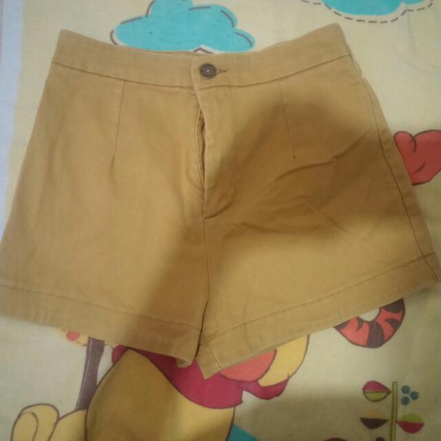 芥黃色短褲