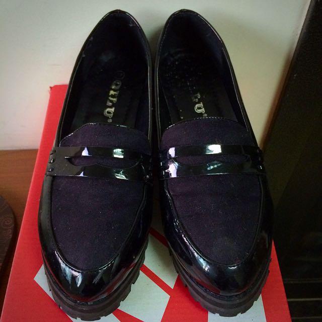 亮皮黑色皮鞋