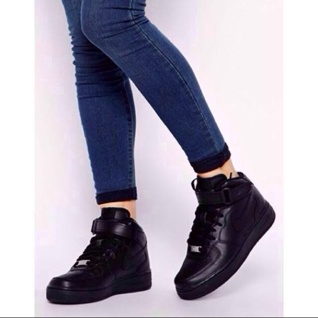 Nike Air Force 1 07 Mid Black Trainers