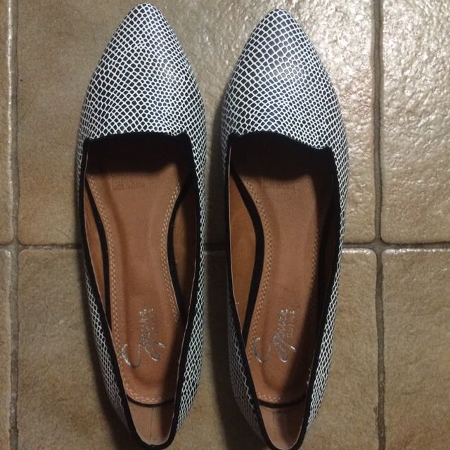 Spurr Black And White Flats Size 7.5
