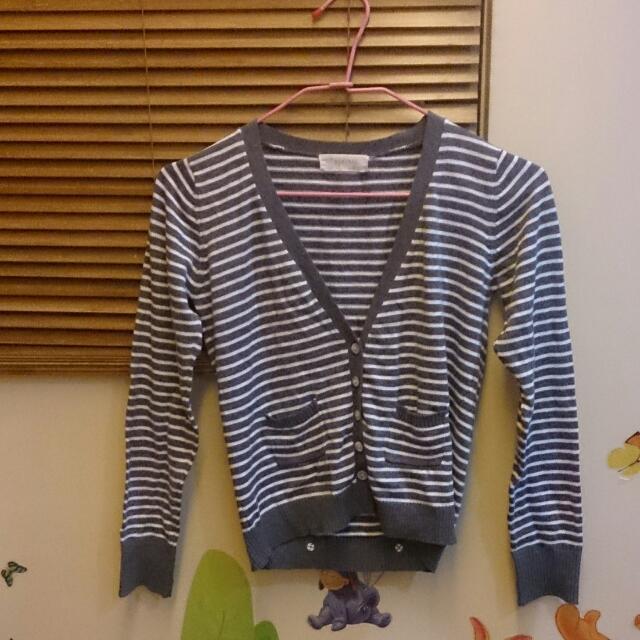 灰白條紋小外套,後面還有可愛的蝴蝶結