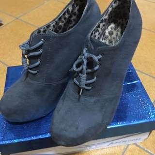麂皮灰藍色紅底高跟鞋