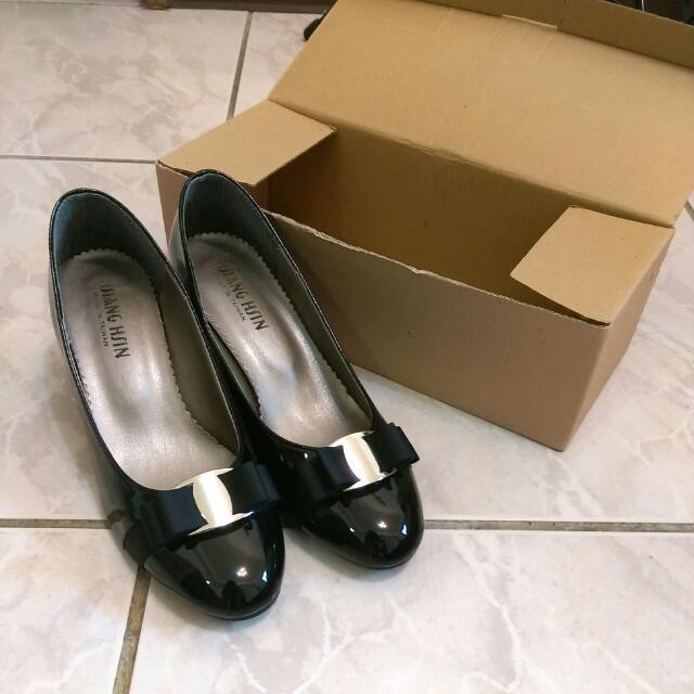 黑色亮面高跟鞋