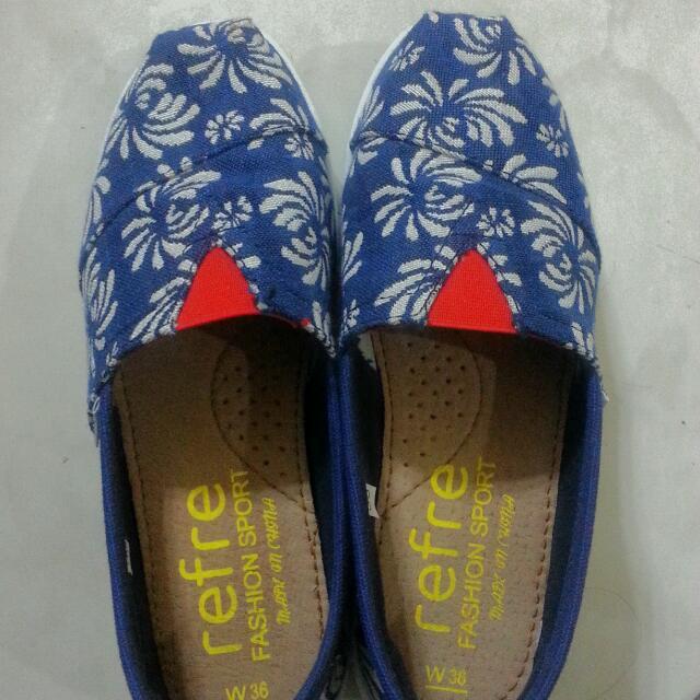 全新♡運動型休閒鞋,藍底煙火花樣。