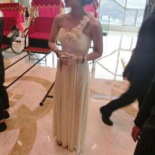 禮服 春酒 尾牙 婚禮 正式禮服 女神款 斜肩 米色 米白