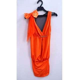 亮橘裸背包臀洋裝