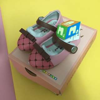 麗嬰房購全新粉色女寶鞋